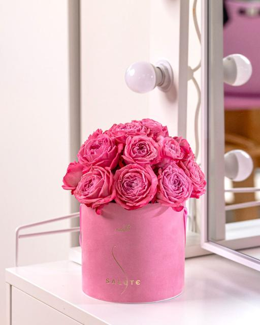 Rožu dārza princese, rozā samta kārbā.