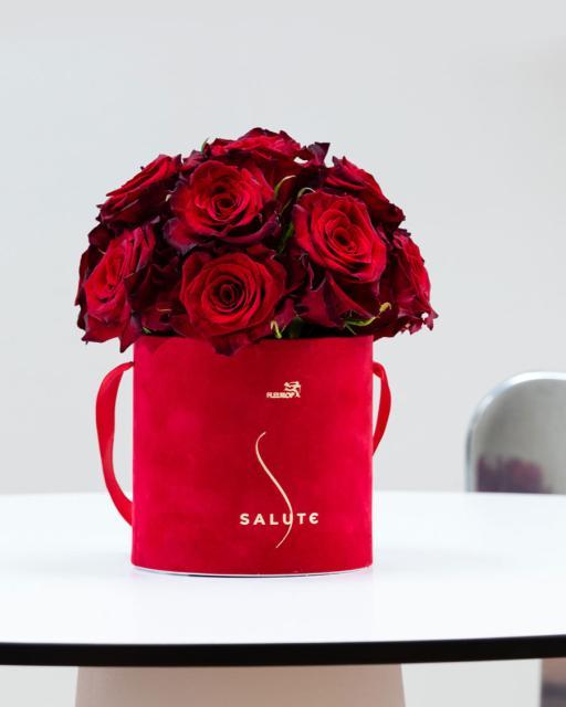 В объятиях роз, в красной бархатной коробке