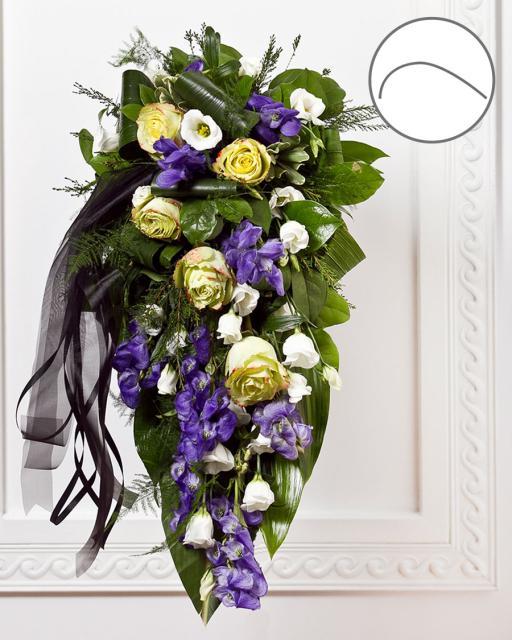 Bēru pušķis ar lentu, ziliem un baltiem ziediem