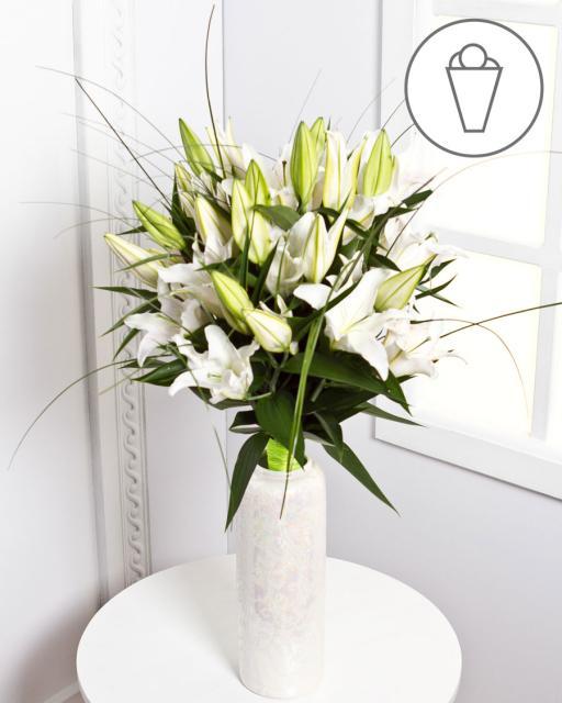 Букет с белыми лилиями