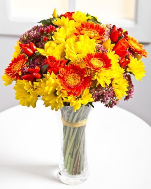 Pušķis no dažādiem ziediem dzīvespriecīgās krāsās