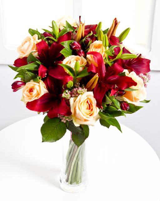 Elegants pušķis ar sarkanām lilijām