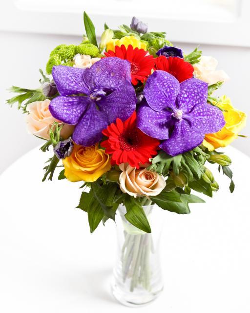 Krāsains pušķis no sezonas ziediem