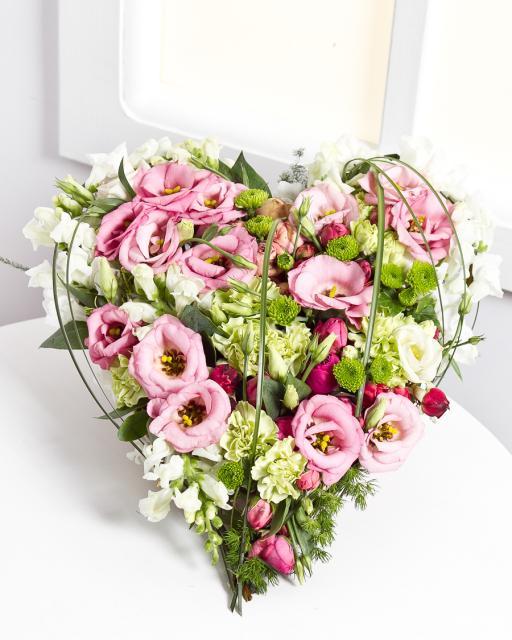 Sirds formas ziedu kompozīcija gaišos toņos