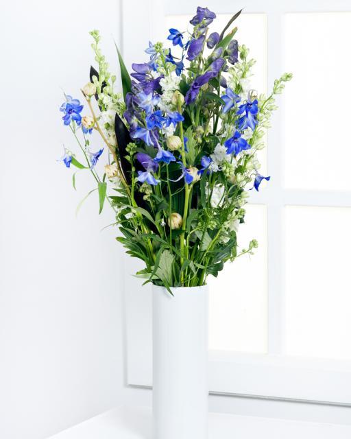 Augsts pušķis no sezonas ziediem zilos toņos