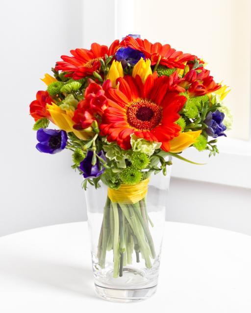 Pušķis no dažādiem ziediem spilgtos toņos