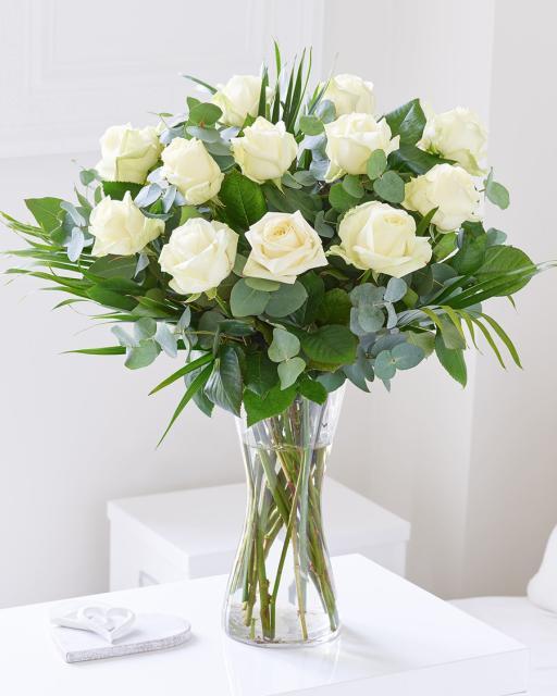 Pušķis no 12 baltām rozēm